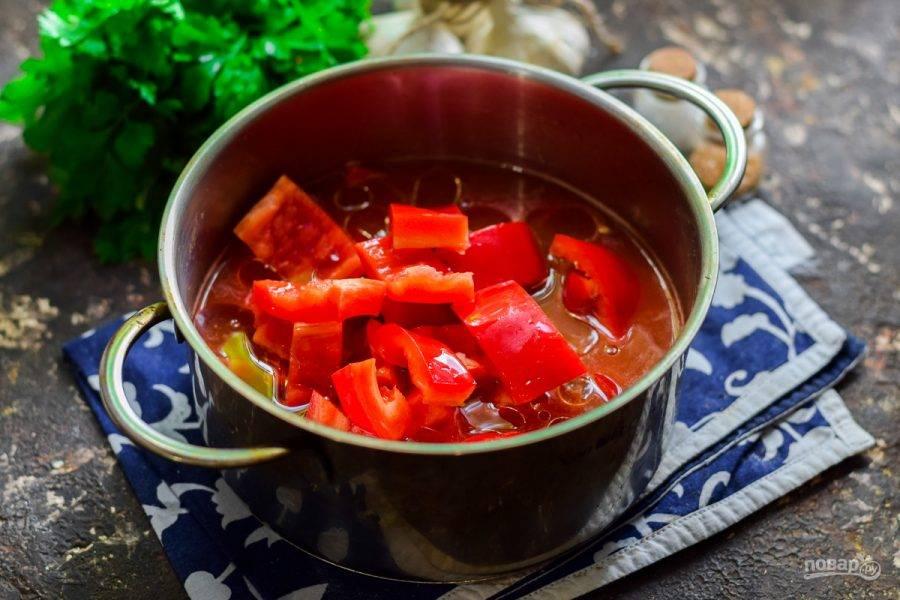 Переложите в томат перец и добавьте масло. Варите перец в течение 40 минут.
