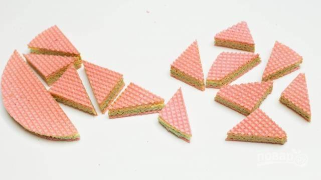 Перемазанные кремом вафельные коржи собираем в торт, укладывая друг на друга и слегка прижимая. Можно оставить торт цельным или же нарезать сразу на порционные кусочки, получатся пирожные.