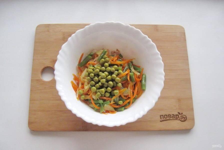 Выложите зеленый консервированный горошек.
