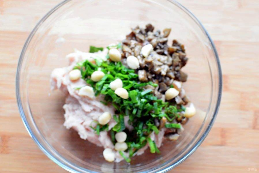 Добавьте в фарш обжаренные на топленом масле белые грибы, нашинкованный зеленый лук и целые орехи, предварительно ошпаренные кипятком. По желанию можно добавить куриную печенку, слегка ее обжарив или пассерованные овощи. Но данное сочетание очень вкусное и вполне самодостаточное. Взбейте белок в крутую пену и аккуратно введите в фарш по методу бисквита.