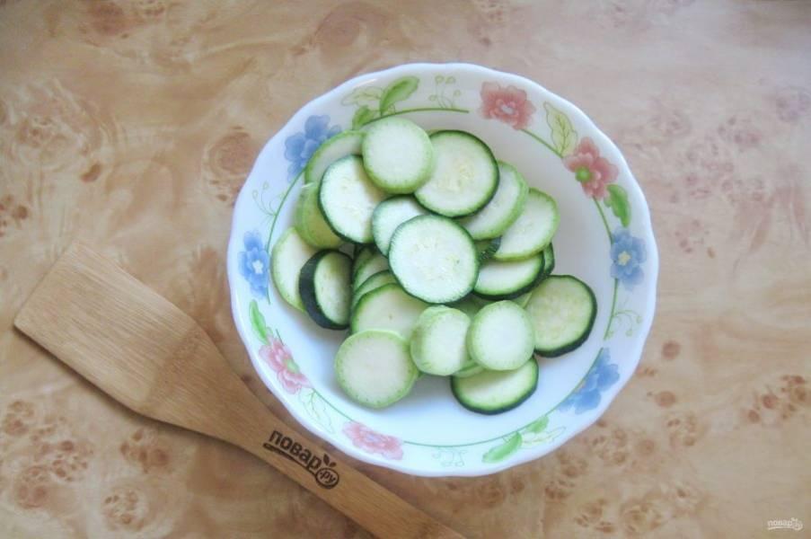 Кабачки помойте и нарежьте кружками толщиной 0,6-0,8 см.
