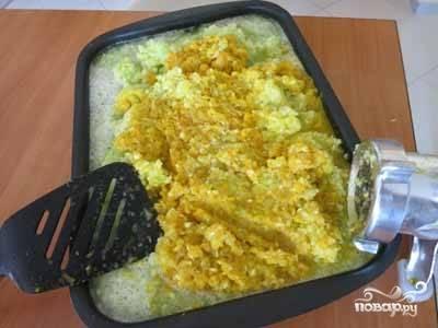 Кабачки измельчим на мясорубке с мелкой решеткой, вместе с кабачками перекрутим и обжаренные лук с морковью.