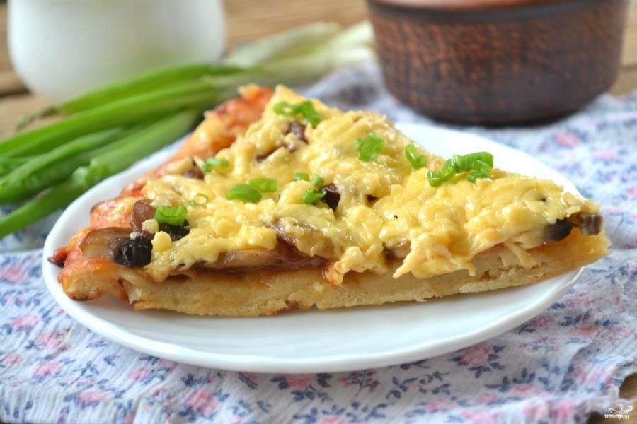 Сочная, мягкая, нежная пицца на кефире готова. Приятного аппетита!