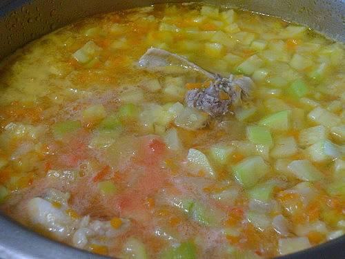 3. Когда бульон снова закипит, - добавим измельченные в пюре помидоры и мелко порезанный чеснок. Варим до готовности картофеля.