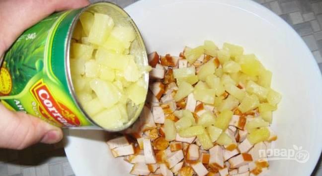 2. Курицу нарежем кубиками, ананасы у меня уже были порезаны, их вынимаем из жидкости и добавляем к курице.