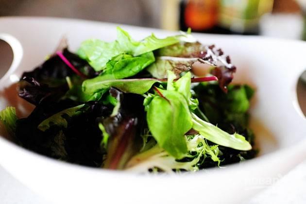5. На тарелку выложите салатный микс.