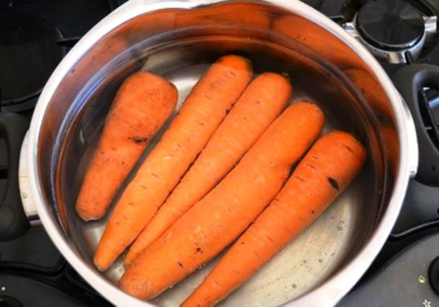 Морковь отварите до готовности, затем потрите на терке.