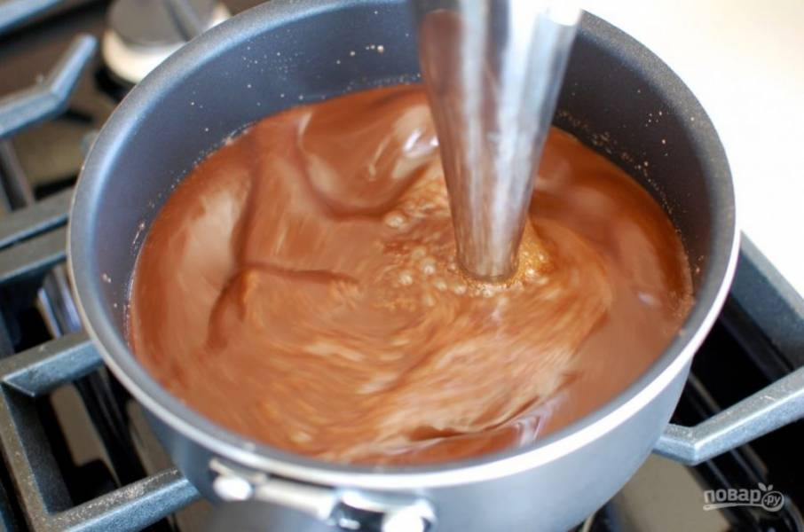 5.С помощью погружного блендера превратите смесь в однородную.