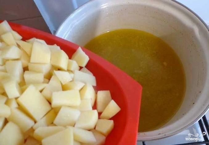 5. Заложите подготовленный картофель. Доведите бульон с картофелем до кипения.