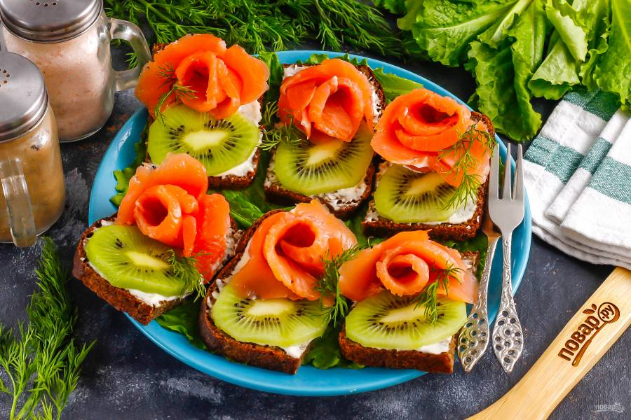 Бутерброды с красной рыбой и киви