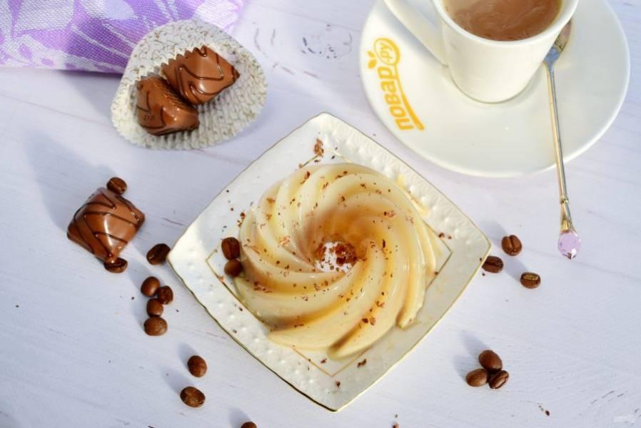 Перед подачей за 10 минут достаньте из морозильника, аккуратно достаньте из формочек. По желанию посыпьте тертым шоколадом. Приятного аппетита!