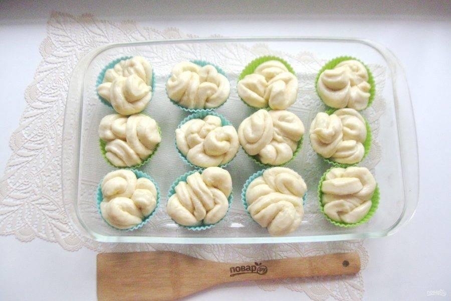 Дайте постоять булочкам в тепле 20-25 минут. Смажьте белком яйца и отправьте в духовку разогретую до 175-180 градусов.