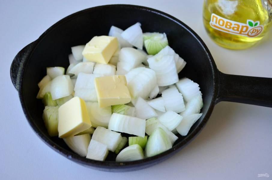 3. Репчатый лук порежьте крупно и обжарьте на сливочном масле до мягкости. Доводить до полной готовности не нужно.