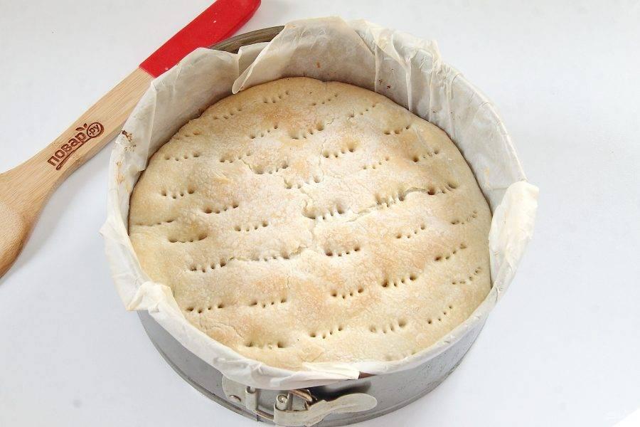 Выпекайте при 180-200 градусах около 30 минут. Пирог с колбасками и карамелизированным луком готов.