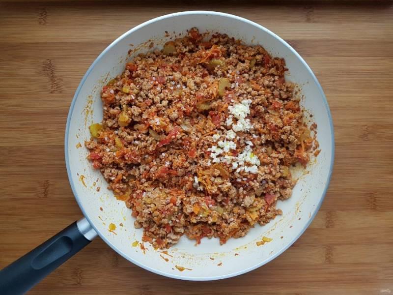 В конце приготовления добавьте измельченный чеснок, соль и перец по вкусу.