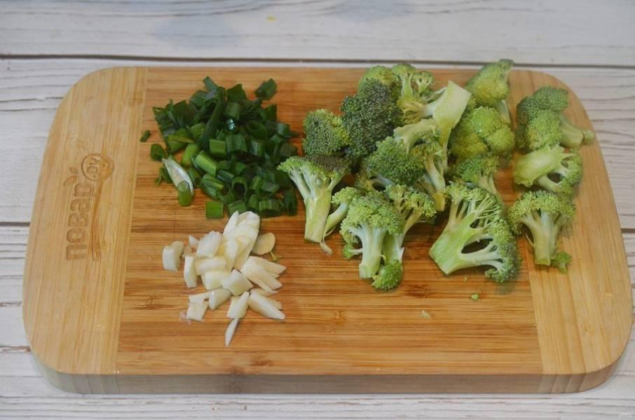 2. Брокколи разберите на соцветия, чеснок и лук нарежьте.