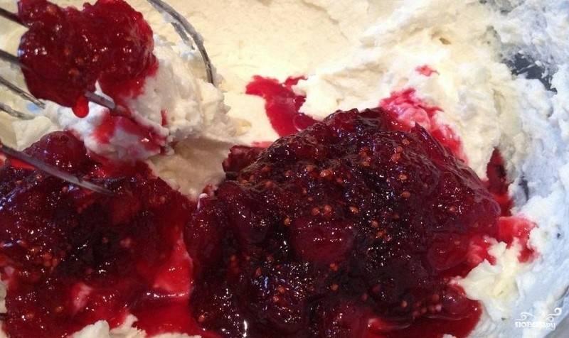 К творогу влейте оставшееся молоко и сахар, а также сметану. Смесь взбейте венчиком или миксером. Потом добавьте ягодную смесь. Перемешайте.