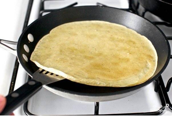Полученному тесту для блинов даем немного постоять, после чего обжариваем блины на сковородке с двух сторон привычным путем до образования золотистой корочки.