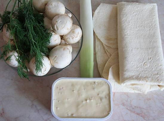 1. Вот, собственно, и все ингредиенты, которые потребуются вам, чтобы повторить рецепт приготовления рулета из лаваша с грибами на своей кухне. Сыр можно взять классический или с добавками по вкусу, например. Грибочки тоже могут быть не только шампиньоны.