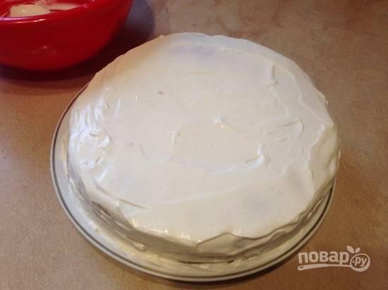 Выкладываем третий корж и покрываем торт со всех сторон взбитыми сливками.