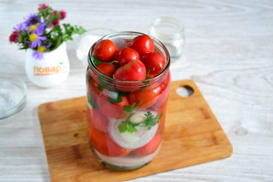 Залейте помидоры в баночке крутым кипятком, накройте баночку крышкой и оставьте на 15 минут.