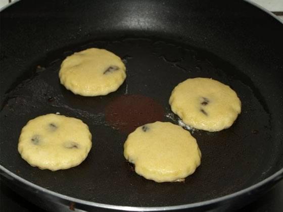 Обжариваем на сковородке в небольшом количестве масла с двух сторон. Жарить следует на среднем огне до появления румяной корочки.