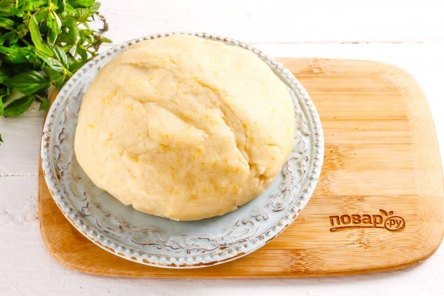 Колобок теста охладите в холодильнике примерно 15-20 минут, накрыв пищевой пленкой.