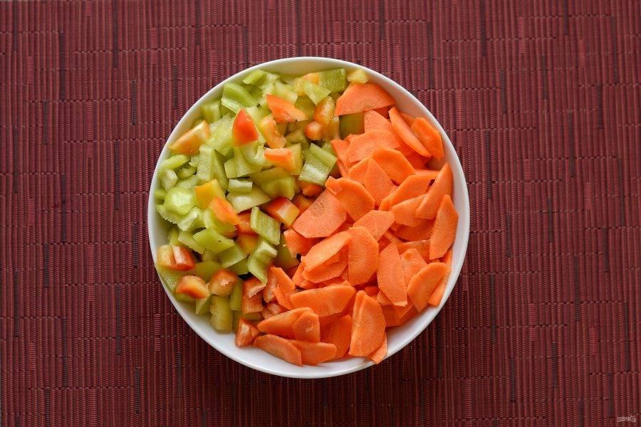 Морковь помойте и очистите от кожуры. Нарежьте на крупной шинковке поперек.