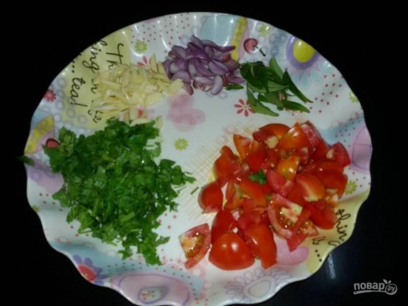 1. Нарежьте помидоры, зеленый лук и лук-шалот, чили и чеснок.