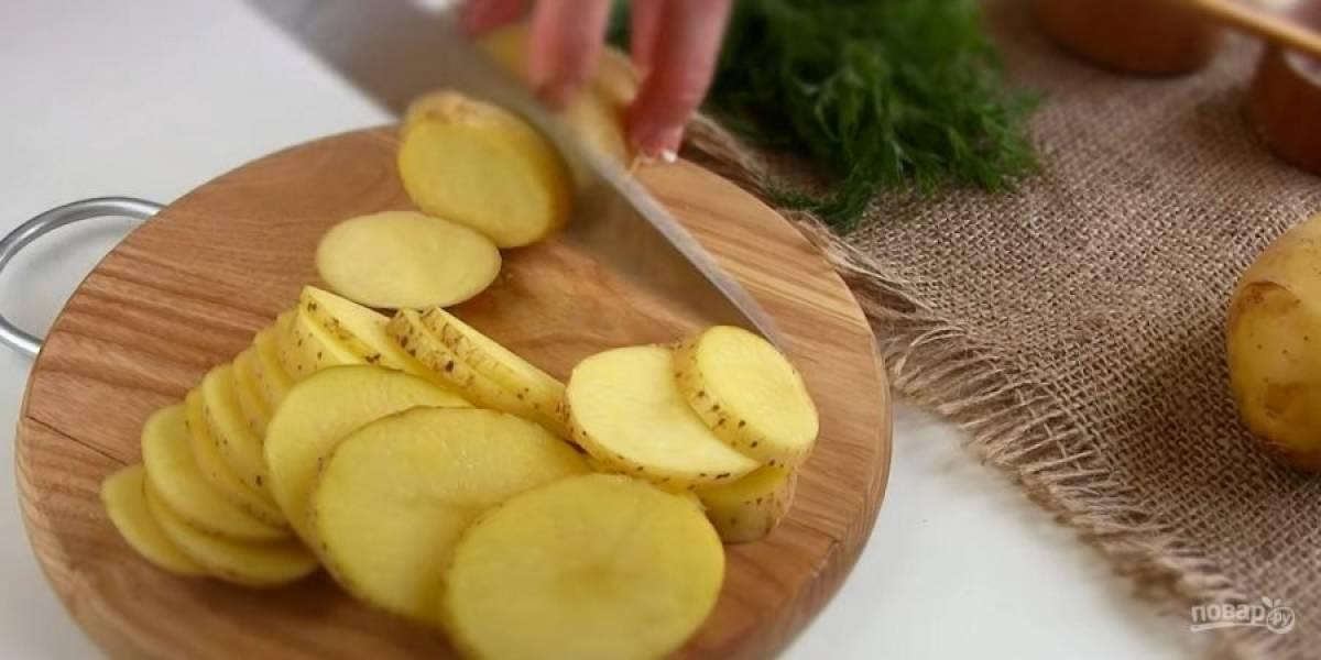 1. Кабачки нарежьте кружочками, посолите, перемешайте и оставьте на 10-15 минут. Слейте лишнюю жидкость. Молодой картофель хорошо промойте, не очищайте от кожуры и нарежьте тонкими пластинками.