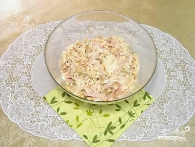 """10. Аккуратно все перемешайте. Добавьте немного майонеза, также можете использовать в рецепте приготовления салата """"Гнездо дрозда"""", кроме соли и перца, любимые специи."""