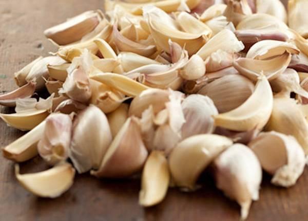 1. Самый важный момент, который непосредственно влияет на вкус заготовки, - это качество чеснока. Он должен быть свежим, плотным, без пятен или червоточин.