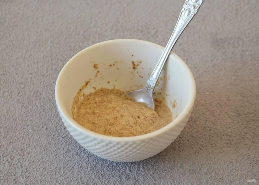 Измельчите льняные семечки в кофемолке, добавьте теплую воду и перемешайте.
