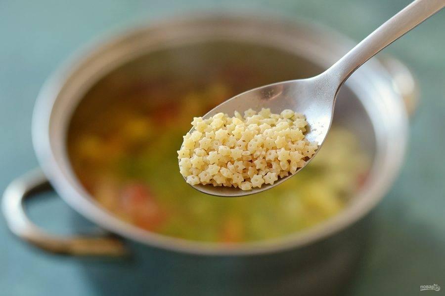 За 5 минут до готовности добавьте зеленый горошек и пасту.