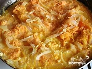Затем массу заливаем молоком, солим перчим, добавляем любимые приправы и накрываем сковородку крышкой. Сбавляем огонь и тушим блюдо около 30-40 минут. Готово!