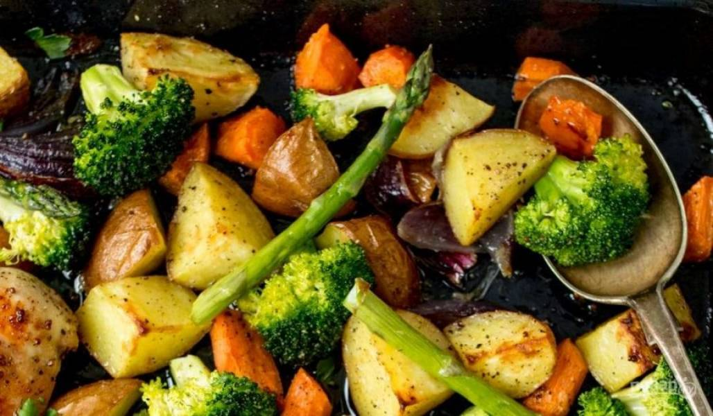Отправьте противень в разогретую до 200 градусов духовку на 25 минут. Затем достаньте добавьте, брокколи, спаржу, посолите и поперчите. Отправьте в духовку еще на 5-7 минут. Курочка готова!