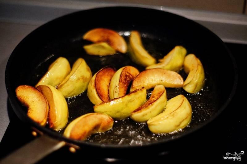 На сковороде разогрейте оливковое масло, обжарьте там же айву до золотистого цвета.