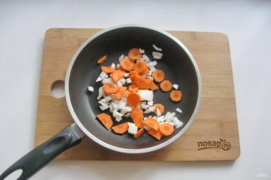 Морковь и лук нарежьте и выложите в сковороду.