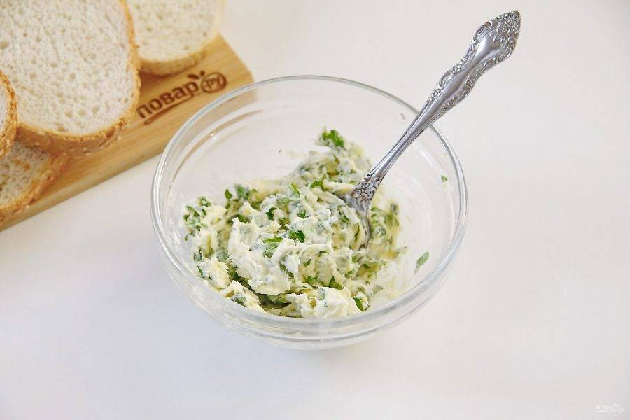 Соедините размягченное сливочное масло, зелень, горчицу, пропущенный через пресс чеснок и красный перец. Добавьте немного соли по вкусу и перемешайте.