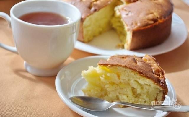 Запекайте пирог при 200 градусах в течение 40 минут. Подавайте выпечку остывшей. Приятного чаепития!