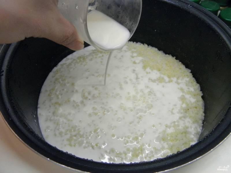 Когда каша будет полностью готова, влейте молоко, перемешайте и доведите кашу до кипения. Выключайте. Густоту каши регулируйте молоком.