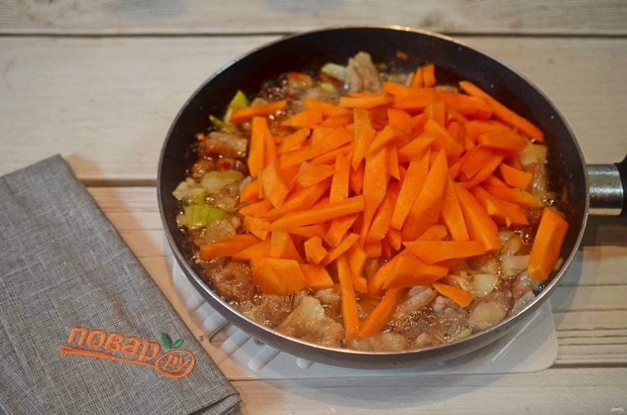 9. Добавьте морковь и зиру. Хорошо все обжарьте до мягкости моркови.