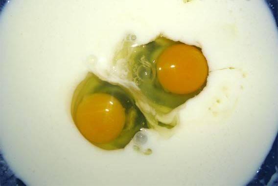 2. Когда появится шапочка, - перемешаем. Вбиваем два яйца. Мешаем до однородности.