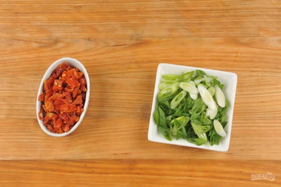 1. Нарежьте по диагонали перья зеленого лука, а помидоры - кубиками.