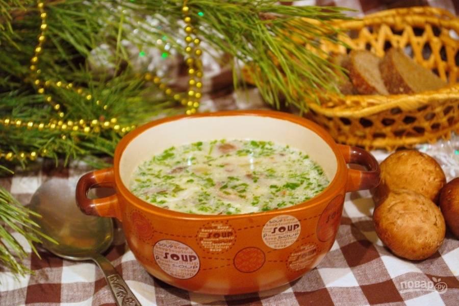 Вот наша кулайда и готова. Это целое искусство — поймать в сливочном супе яйцо пашот. На каждую порцию супа должно прийтись по 1 яичку.