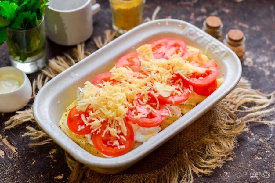 Посыпьте помидоры натертым сыром, прикройте фольгой и запекайте 25-30 минут. Спустя время подавайте вкусное блюдо к столу.