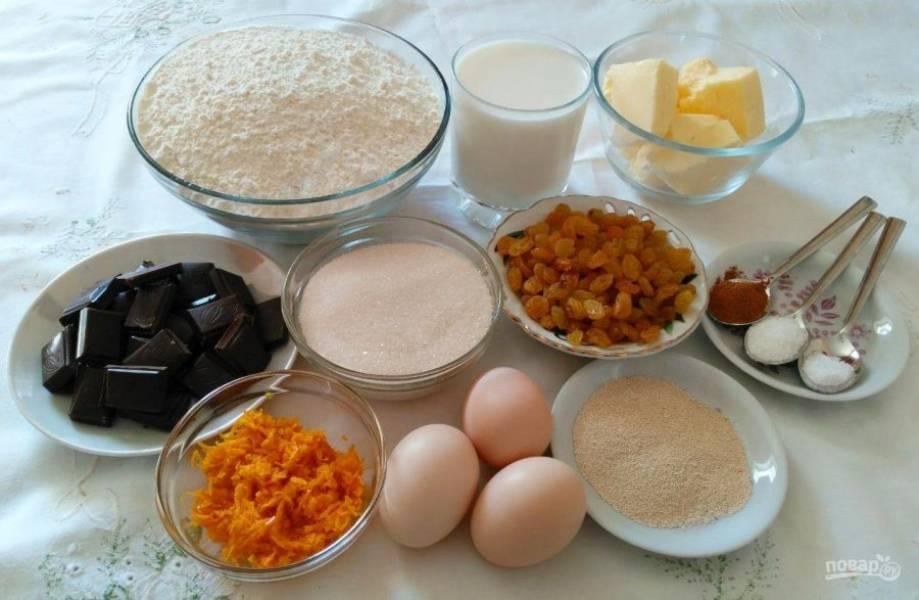 Начните с подготовки необходимого набора продуктов. Сливочное масло заранее достаньте из холодильника, чтобы оно стало мягким. С помощью тёрки снимите цедру апельсина, изюм тщательно промойте.