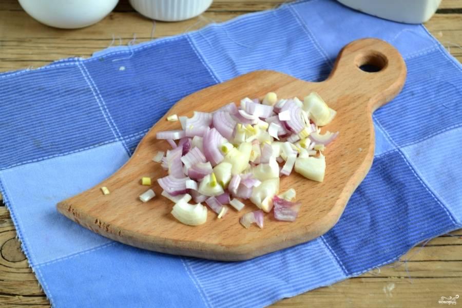 Мелкие луковицы порежьте полукольцами, крупные измельчите четвертькольцами.