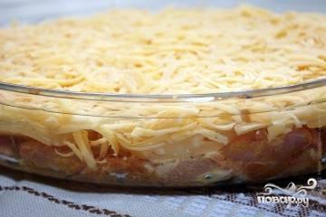 Сверху засыпать слоем тертого сыра и полить майонезом.