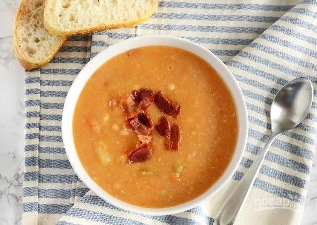 10.Разлейте суп по тарелкам и украсьте его беконом, подавайте сразу к столу.